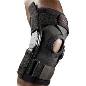 Фиксатор коленного сустава с жёсткими вставками и крестообразными ремнями